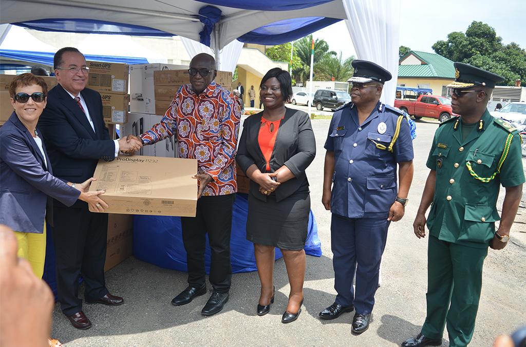 Cérémonie de remise officielle d'équipement pour l'extension du système SIPAO au Ghana. De gauche à droite : Ambassadrice de l'UE au Ghana, Le Directeur Exécutif chargé de la planification et du partenariat, le Ministre de l'Intérieur du Ghana.