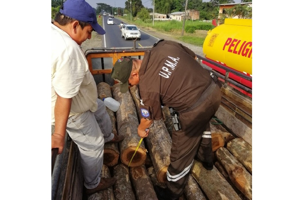 INTERPOL-WCO Operation Thunderball : Timber cargo transporters suspected of moving illegally obtained timber were targeted, with inspections carried out by officers at checkpoints such as this one in Ecuador