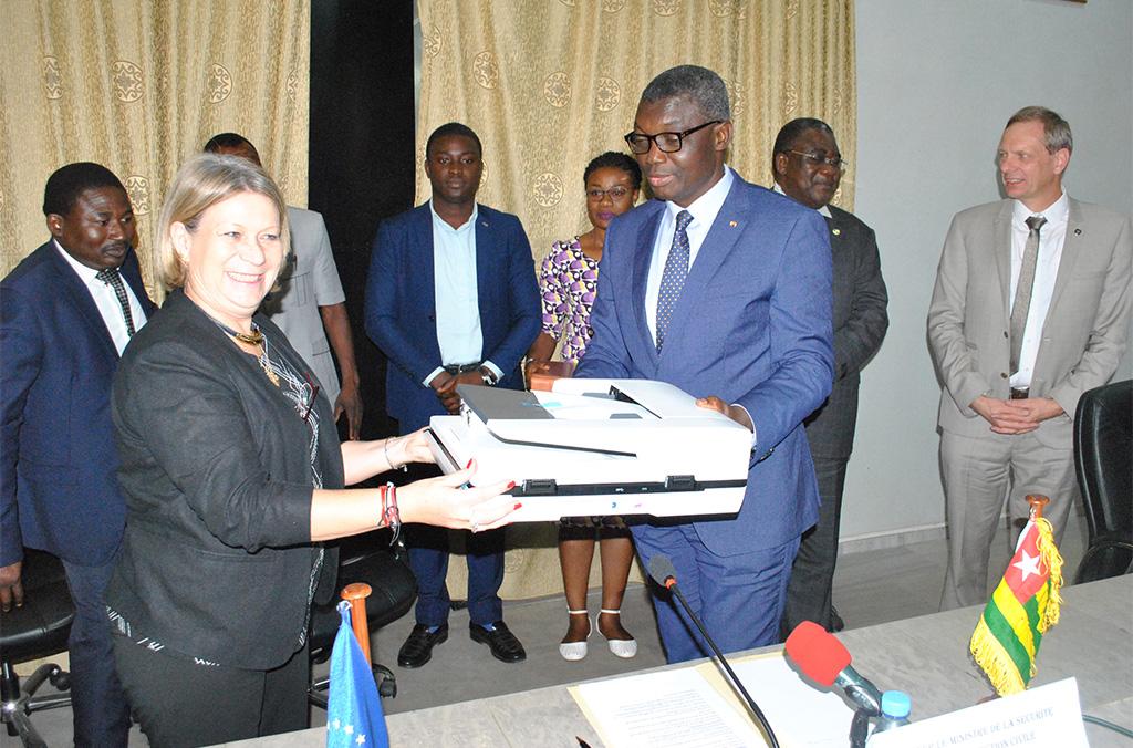 Remise officielle d'équipement entre la Cheffe de la Délégation de l'UE au Togo et le Ministre de la Sécurité et de la Protection civile, 05 Novembre 2019, Lomé (Togo)