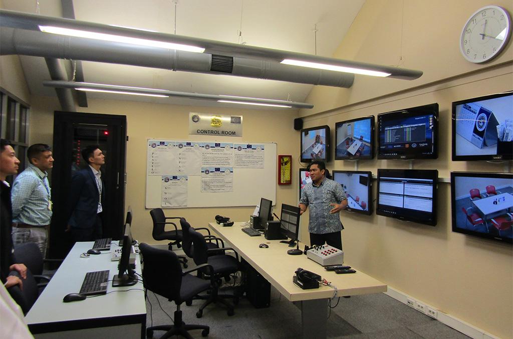 زيارة غرفة القيادة للتعلم الافتراضي خلال جلسة تصميم المناهج الدراسية المتعلقة بقدرات مواجهة الأزمات (إندونيسيا، أيار/مايو 2018)