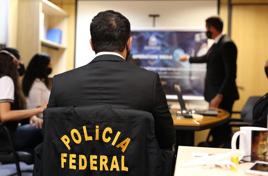 Autoridades brasileiras participam de briefing operacional.