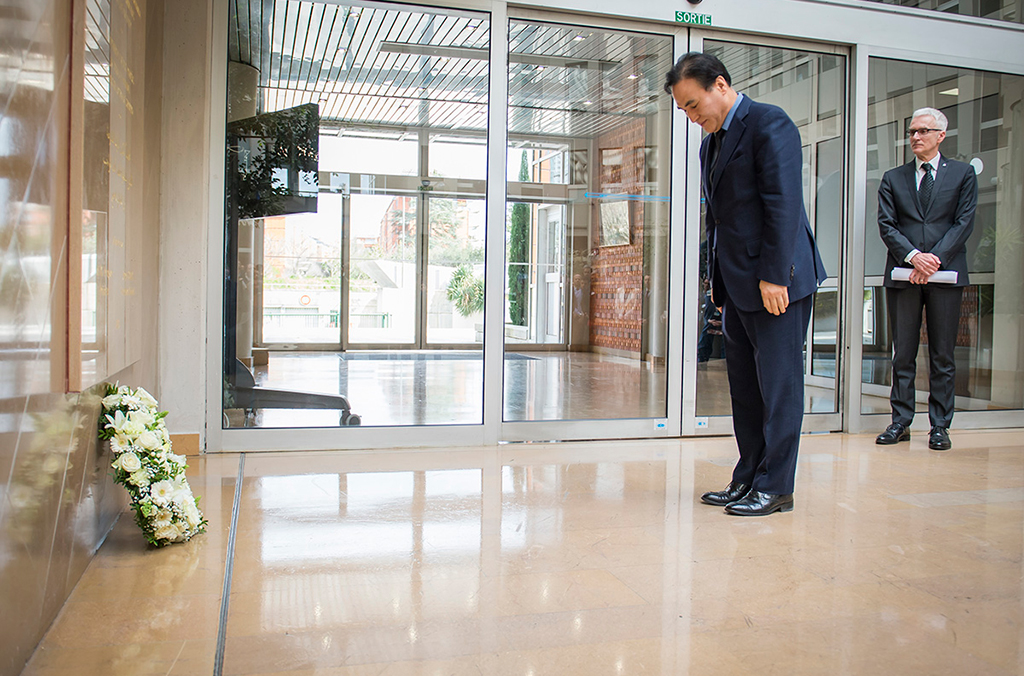INTERPOL President Kim Jong Yang placed a wreath in front of the INTERPOL memorial to fallen police officers at the General Secretariat headquarters in Lyon.