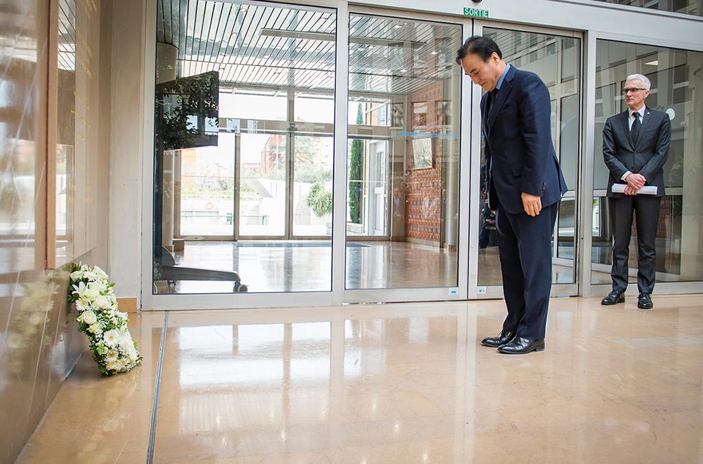 Le Président d'INTERPOL Kim Jong Yang a déposé une couronne au pied du Mémorial INTERPOL des policiers victimes du devoir, au Secrétariat général de l'Organisation à Lyon.