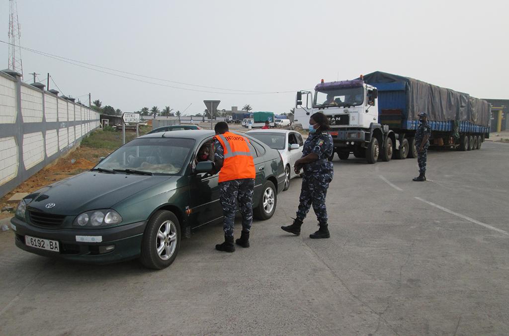 Oficiais em Benin realizam verificações de veículos durante a Operação Weka.