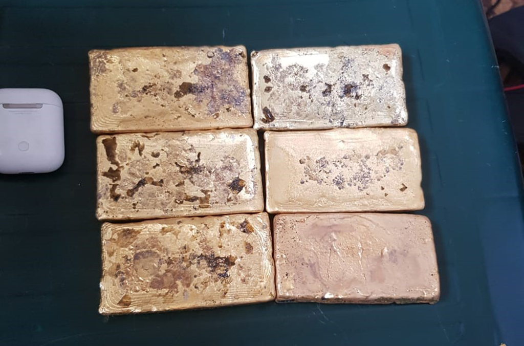 At the border between Liberia and Sierra Leone, a Guinean national travelling without official identification was caught with six bars of solid gold worth USD 120,000.