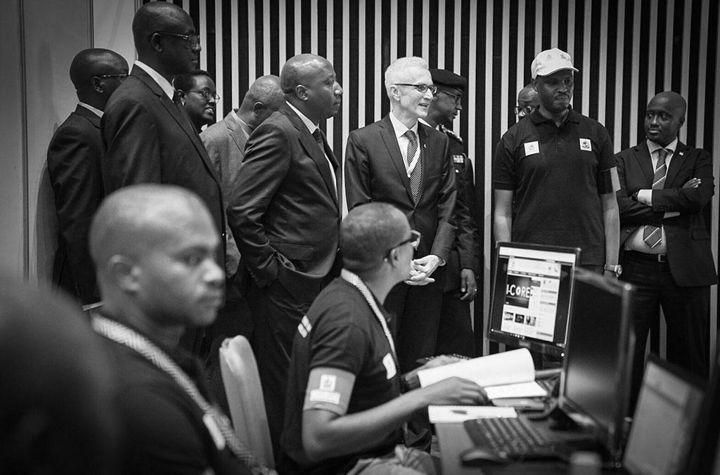 Le Secrétaire Général d'INTERPOL, M. Stock, rencontre des fonctionnaires chargés de l'application de la loi lors de la conférence.