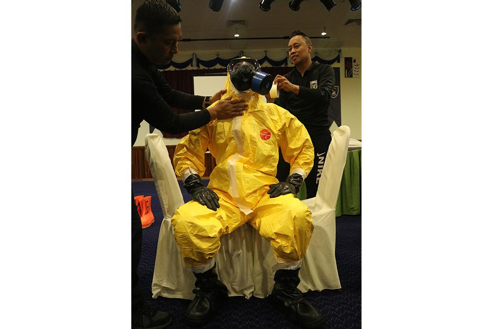 Démonstration d'équipements de protection individuelle (EPI) durant la session de formation sur les armes et matières organisée en Malaisie (octobre 2018)