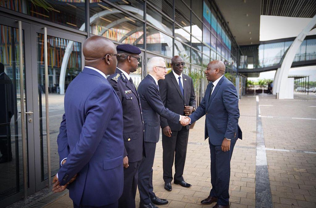 Le Premier ministre du Rwanda, M. Ngirente, et le Secrétaire Général d'INTEPOL, M. Stock, discutent des menaces sécuritaires régionales.