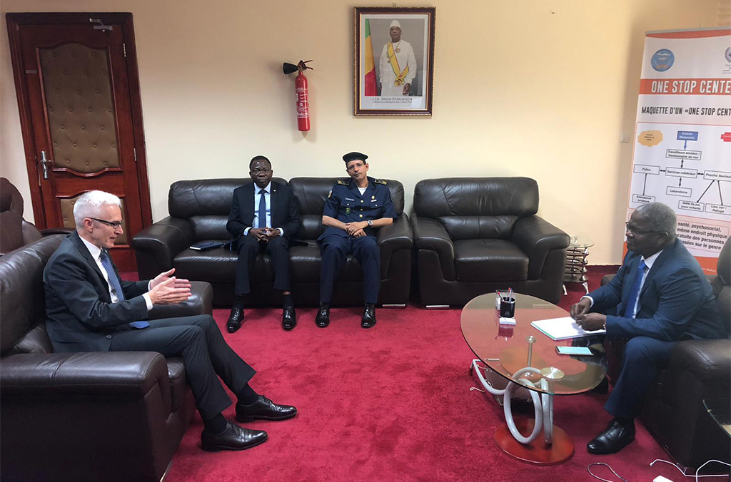 INTERPOL Secretary General Jürgen Stock in discussion with Mali's Minister of Justice Hamidou Younoussa Maiga.