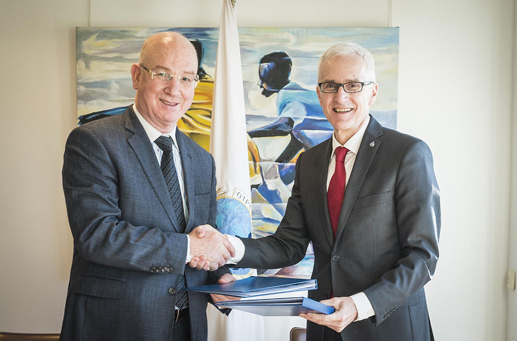 Le Secrétaire Général d'INTERPOL, M. Jürgen Stock (à droite), et le Commissaire à la paix et à la sécurité de l'Union africaine, M. l'Ambassadeur Smail Chergui.