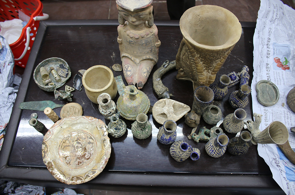 Afghan Customs seized 971 cultural objects at Kabul airport.