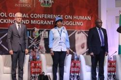 الأمين العام للإنتربول السيد يورغن شتوك (إلى اليسار)، والسيدة جولي أوكاه-دونلي، المديرة العامة للوكالة الوطنية النيجيرية لحظر الاتجار بالأشخاص، والسيد أولوسيغون أدييامي أديكونلي، مكتب أمين الحكومة الاتحادية (إلى اليمين).