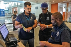يساعد برنامج الإنتربول للتدريب والعمليات في مجال مكافحة تهريب المهاجرين (STOP) الموظفين العاملين في خطوط المواجهة على كشف حالات تزوير الوثائق من أجل مكافحة تهريب المهاجرين.